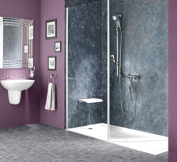 Salle de bains avec douche après changement