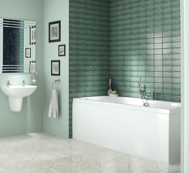 Salle de bain avec baignoire avant changement