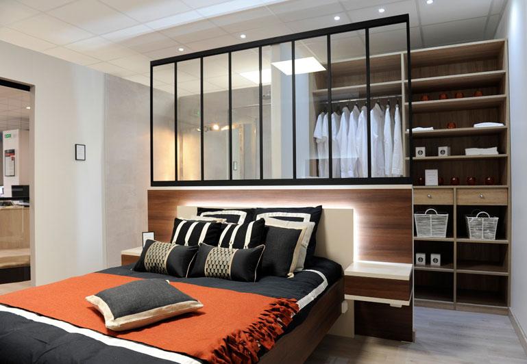 Chambre avec accès larges au dressing