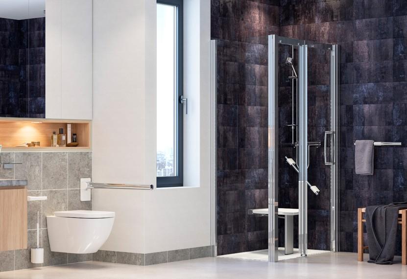 salle de bains sénior avec douche, siège et barres d'appui