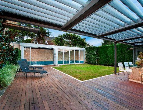Pergola bioclimatique au dessus d'une terrasse