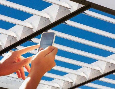 Pergola bioclimatique réglable avec un smartphone