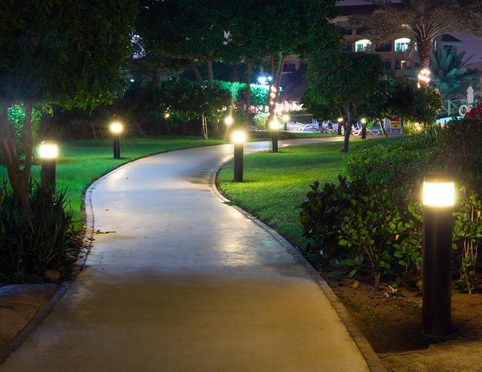 Spots lumineux le long d'un chemin