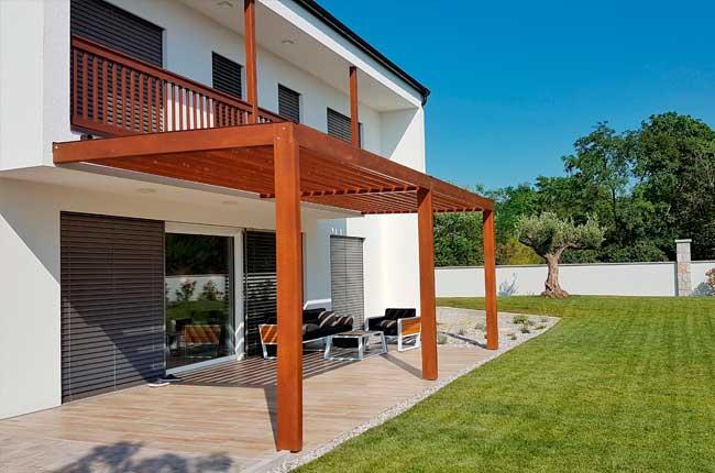 Terrasse de plain-pied avec pergola en bois
