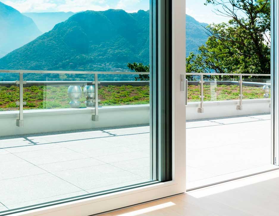 Porte fenêtre donnant sur une terrasse de plain-pied