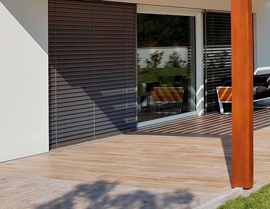 Terrasse de plain-pied avec une rampe d'accès fixe