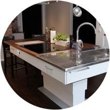 Îlot central d'une cuisine optimisé pour les personnes en fauteuil roulant