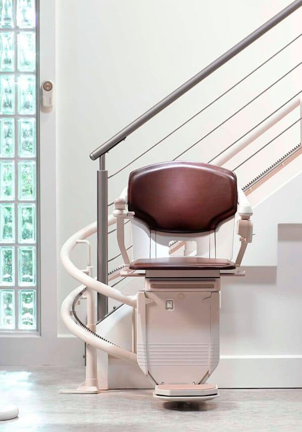 Monte escaliers avec rails sur rampe d'escaliers