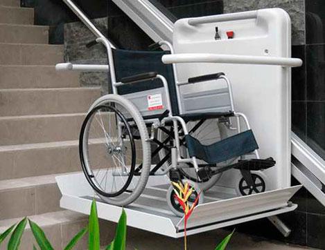 Plateforme monte-escalier avec fauteuil roulant dessus