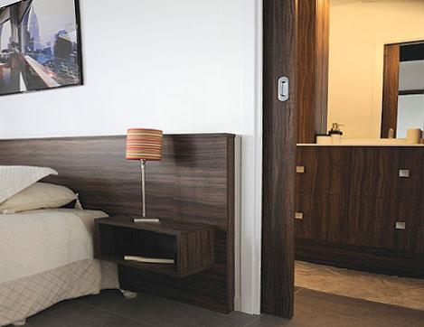 Chambre avec porte coulissante donnant sur une salle de bains