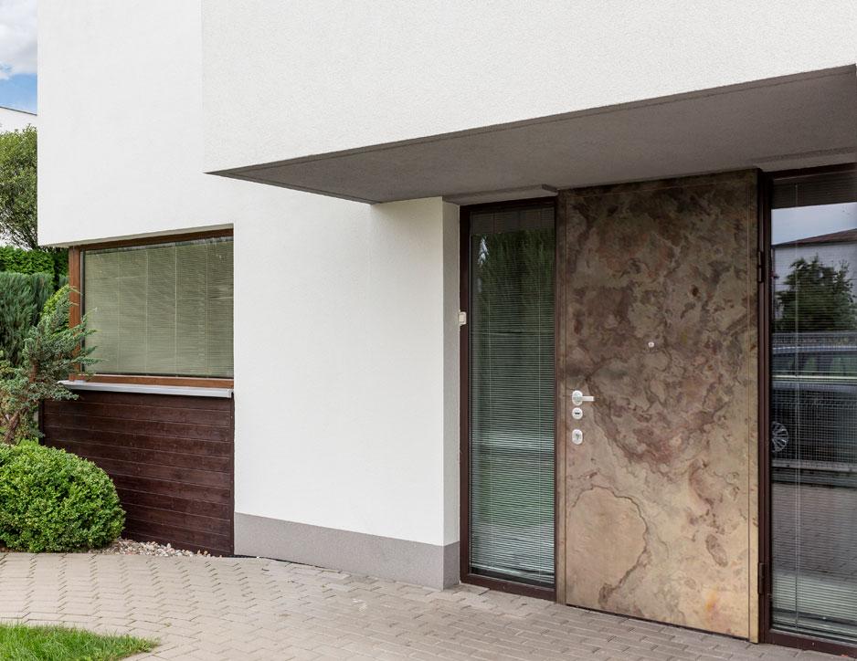 Porte d'entrée avec allée rehaussée et protection de la porte en cas de chocs
