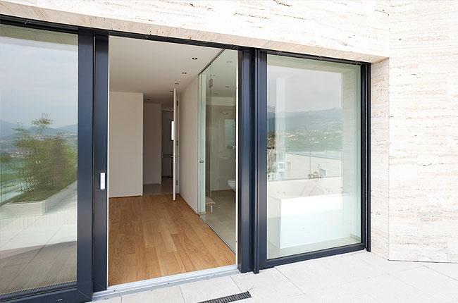 Port fenêtre avec seuil intégré