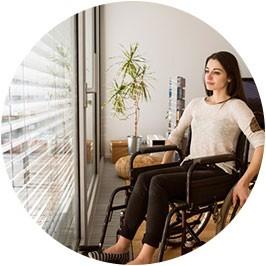 Femme en fauteuil près d'un fenêtre