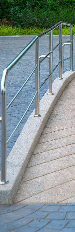 Garde-corps sur une rampe d'accès en dur