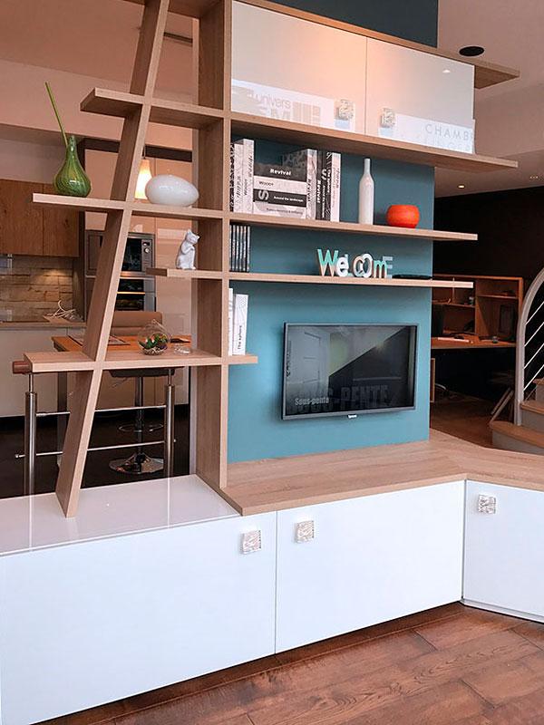 Aménagement coin TV avec étagères et meubles bas