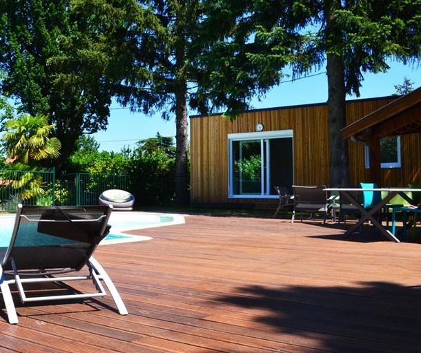 Extension en bois au bord d'une piscine