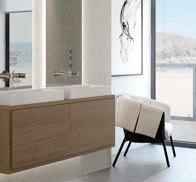 Double vasque dans une salle de bains sénior