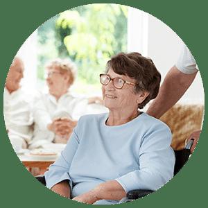 Femme âgée dans une maison de retraite