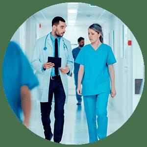 Médecin et infirmière dans un hôpital