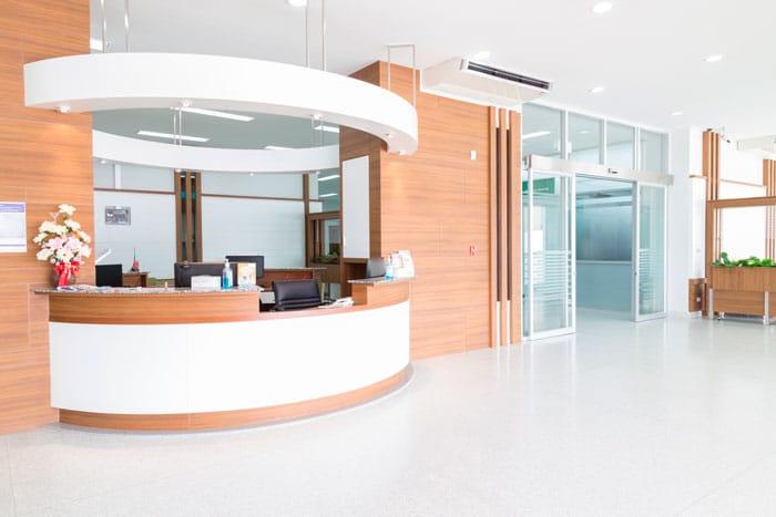Réception d'une clinique avec abaissement du bureau pour les PMR