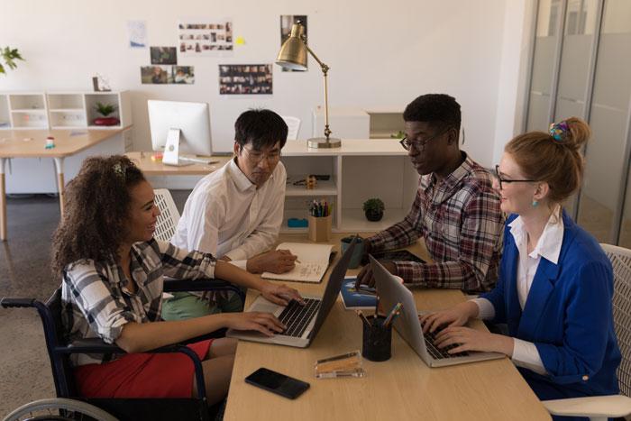 Réunion d'une association dans un bureau adapté aux personnes à mobilité réduite